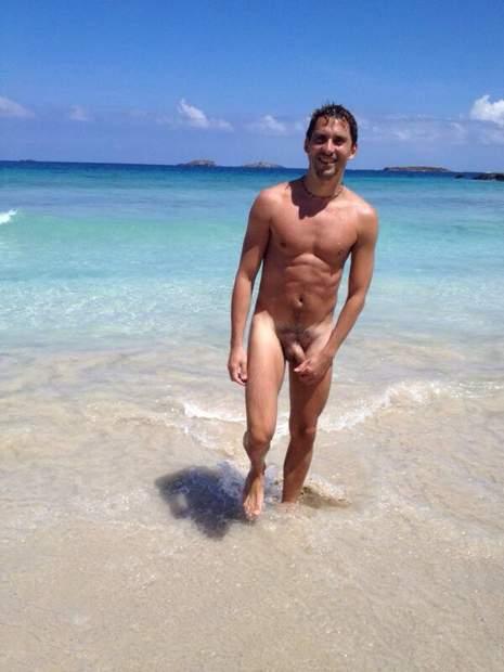 Paco León se desnuda integramente.